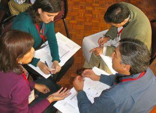 Podgrupa czterech peruwiańskich uczestników prowadzi dyskusję.