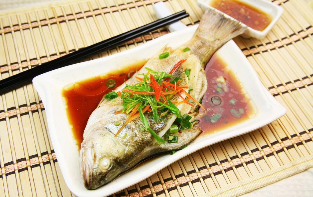 Ăn cá thường xuyên còn giúp đôi mát sáng và linh hoạt hơn. (Ảnh qua aFemily)