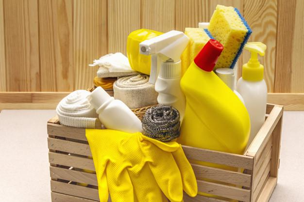 Produto de limpeza da casa em caixa de madeira | Foto Premium