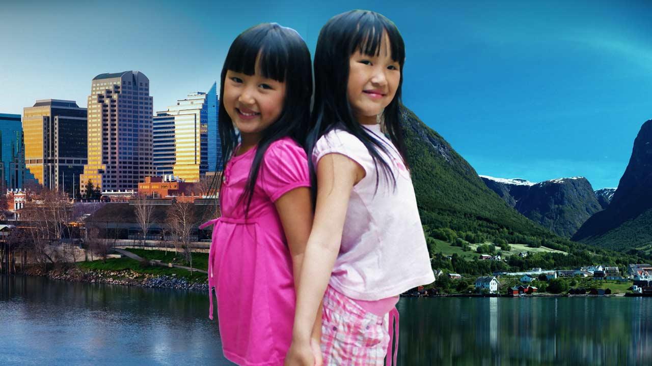 реж. Мона Фрийс Бертахузен, 58 мин., 2013 г., Норвегия В 2003 году двое детей были найдены в картонной коробке в китайской деревне и были удочерены в двух разных концах света. Одна из них стала жить в маленькой далекой деревушке в Норвегии, окруженная высокими горами и фьордами. Другая живет в большом городе в США. Приемные родители не знали, что их дети близнецы, так как их родственная связь держалась в секрете. Но у судьбы был свой план. Фильм рассказывает невероятную историю воссоединения и жизни двух сестер в разных краях света.