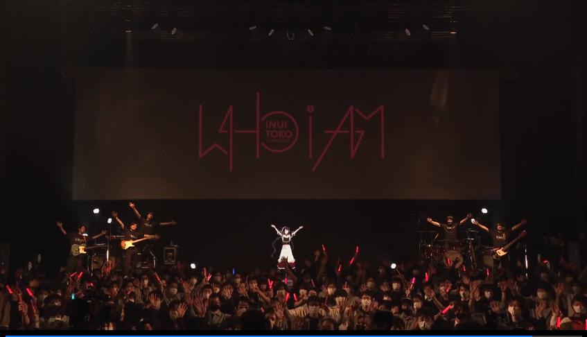 ステージで演奏するバンドと観客  自動的に生成された説明