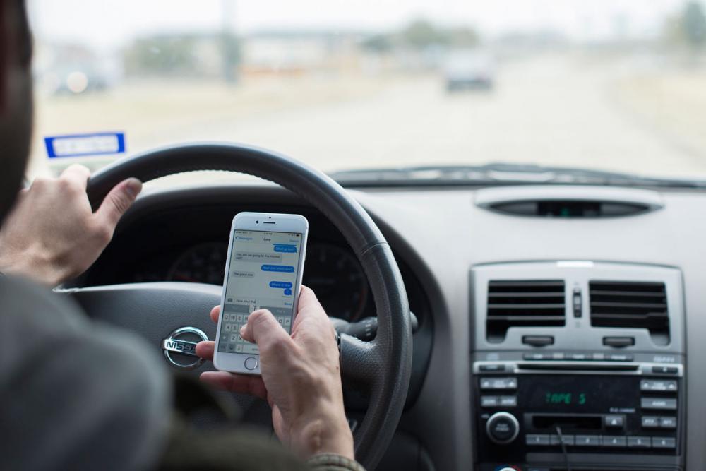 Sử dụng điện thoại khi lái xe ô tô sẽ làm bạn mất tập trung