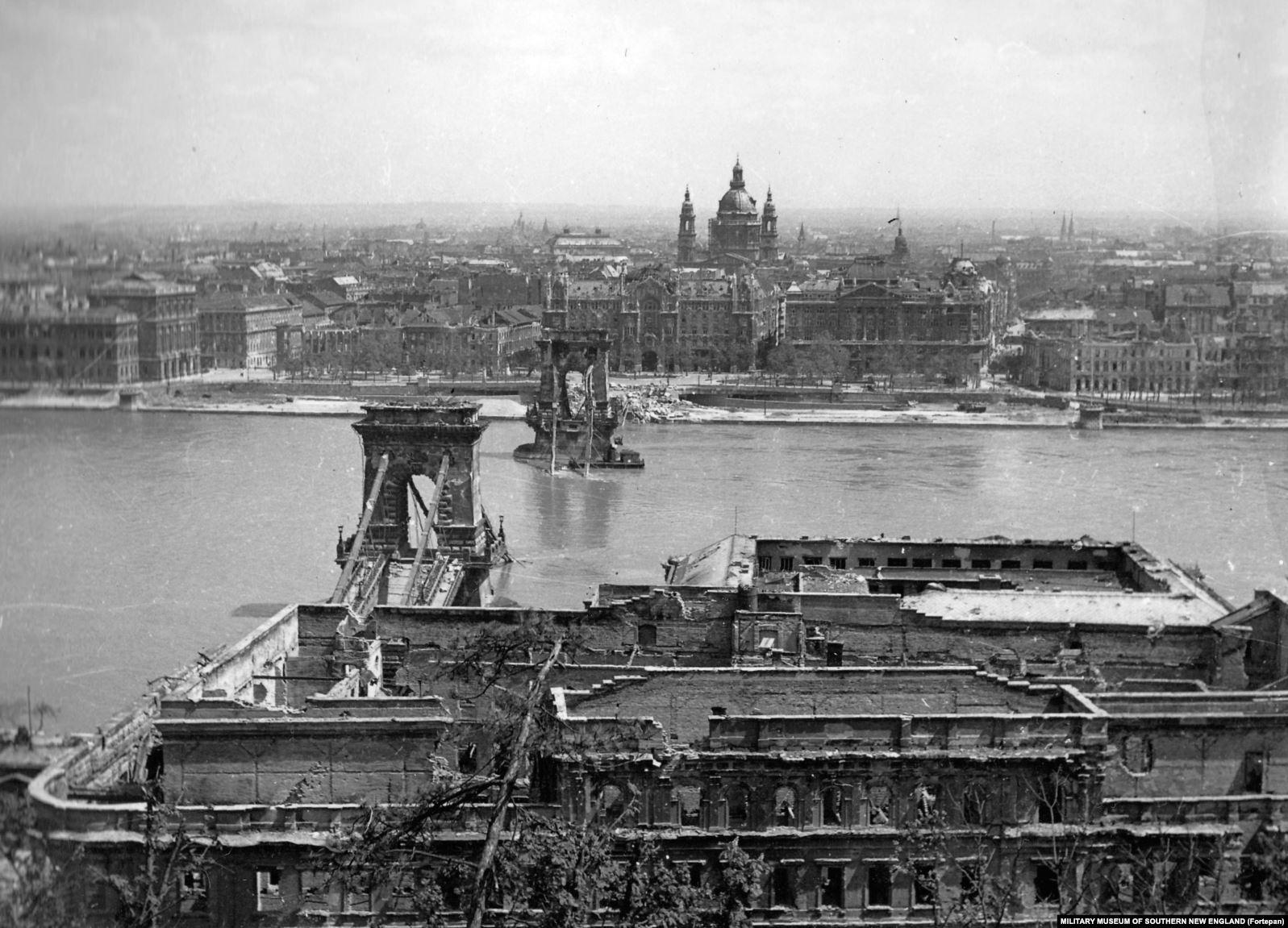 Будапешт в 1945 году, город разрушен войной. Эти фотографии хранятся в архиве Фортепан, коллекции, состоящей из более чем 100 тысяч фотографий с 1900 по 1990 годы, в основном венгерской истории