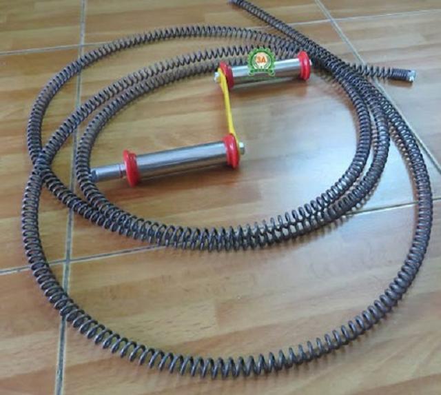 Thông cống nghẹt với dây lò xo giúp loại bỏ những mảng bám ở trên đường ống