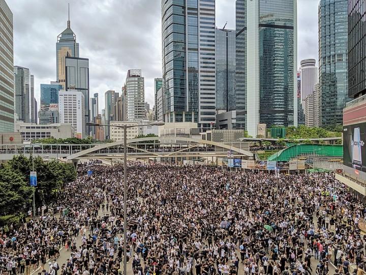 要將反送中運動向前推進,就需要一個社會主義綱領來擴大其吸引力並解決香港社會的根本問題,而所有問題的根本原因皆自於資本主義。//圖片來源:Studio Incendo