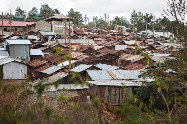 Хурума — маленькая деревня, на которую с одной стороны давит элитный поселок Рунда, а с другой — природный заповедник Карура-Форест. Здесь проживает около 1500 человек, половина из них дети. А половина взрослых — безработные.