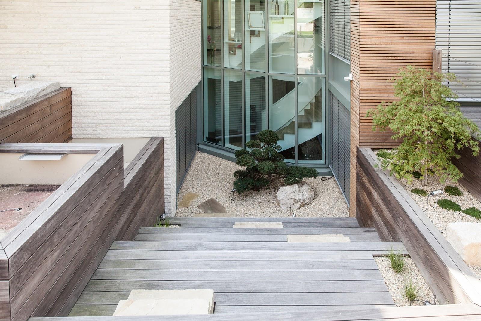 Bildet viser et eksempel på vedlikeholdsfritt terrassebord brukt i en trappetrinnskonstruksjon