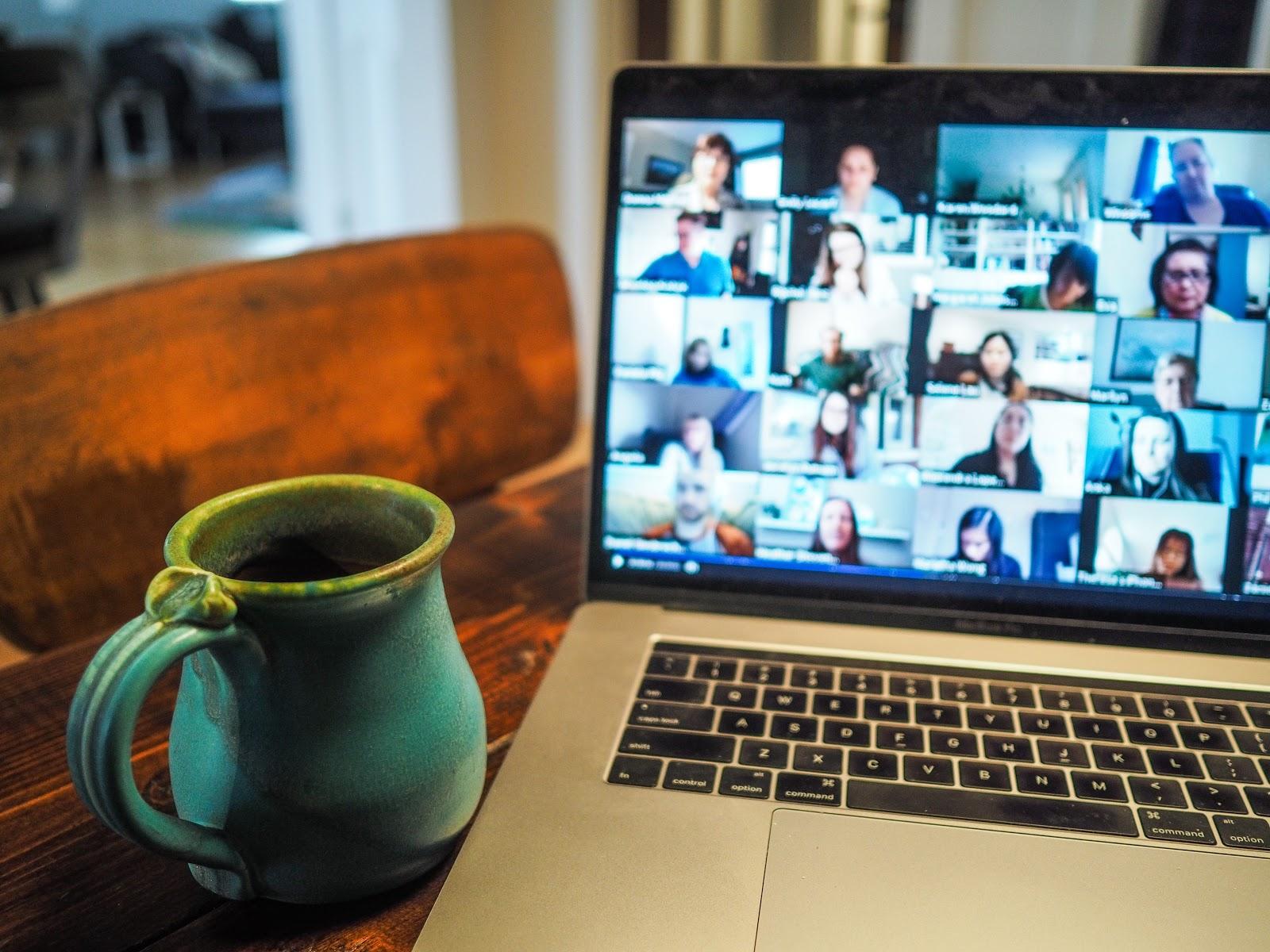 Image représentant un groupe de participants en chat live streaming pendant un évènement hybride