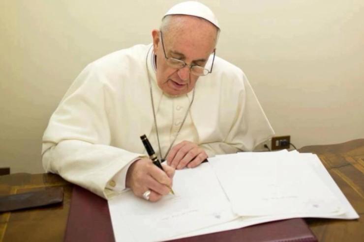 Pope writing a letterĐức Thánh Cha Phanxico khóc thương các nạn nhân vụ xả súng trường Trung học ở Florida