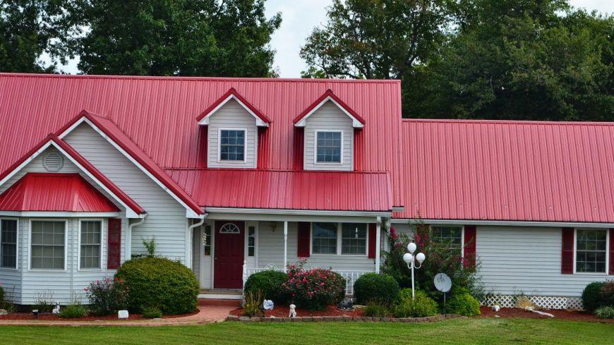 Nhà cấp 4 đơn giản với mái tôn màu đỏ tươi