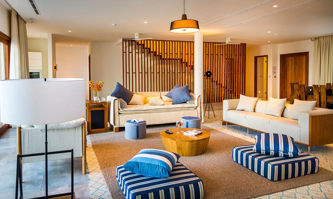 Sự kết hợp hài hoà giữa màu sắc, ánh sáng và nội thất giúp cho phòng khách biệt thự khác bắt mắt