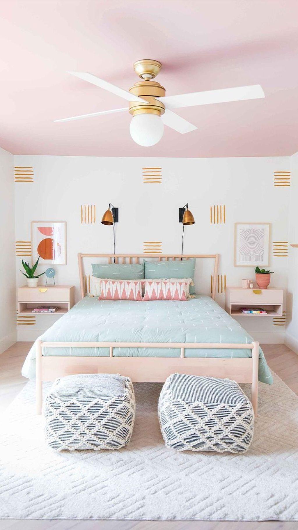 Nội thất phòng ngủ nhỏ đơn giản với sự kết hợp của màu hồng và xanh da trời