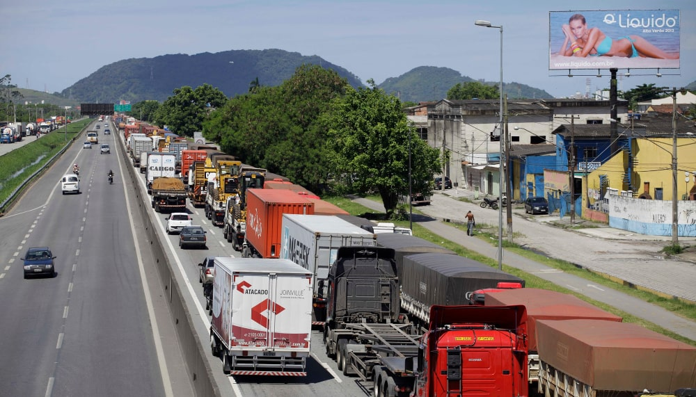 A concentração do modal rodoviário provoca problemas como congestionamentos no Porto de Santos. (Fonte: Shutterstock)