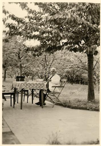 Urgroßvater im Sonntagsanzug mit Zigarre unter dem Kirschbaum (1950)