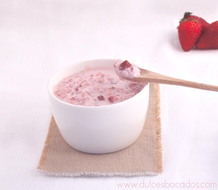 Arroz con leche de coco, fresas y rosas