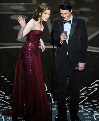 110227 otrc ap oscars anne hathaway versace {iStyle} The Many Dresses of