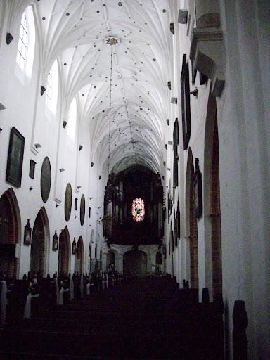 Wnętrze katedry oliwskiej - na końcu organy)