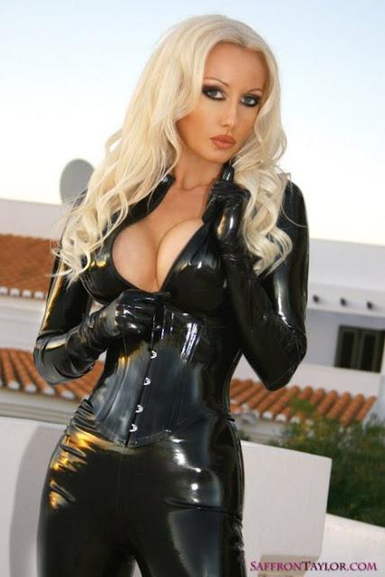 блондинка в черном латексе