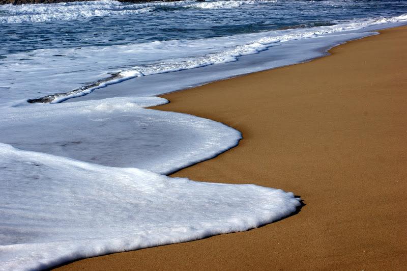 O mar enrola na areia