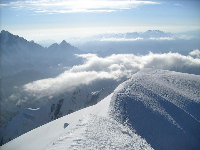 На Вершине Шхары Главной, вид в сторону спуска
