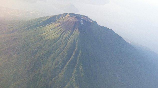 Pemandangan Pulau Ternate dari udara, Selasa (2/6). Terlihat puncak Gunung Gamalama sebelum terjadi letusan. Gunung Gamalama terletak   di pusat pulau dengan Danau Tolire Besar di latar depan dan Pulau Tidore di latar belakang.