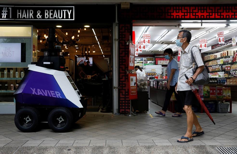 Robô foi colocado em centro com movimentação intensa de pedestres — Foto: Edgar Su/Reuters