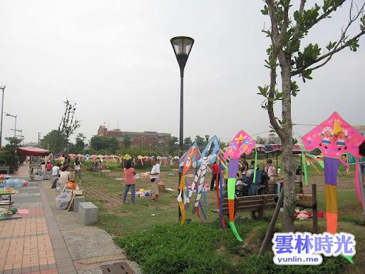 雲林斗六景點《斗六人文公園》位於縣政府旁, 可在荷花池旁放風箏, 又有好吃手工披薩與蜜地瓜