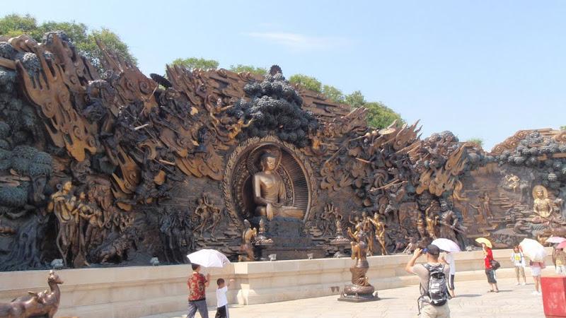 Mural en la plaza central del recinto del Buda de Wuxi