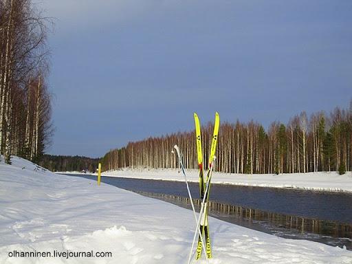 Лыжи на берегу и ледоход на озере весной 2011 года