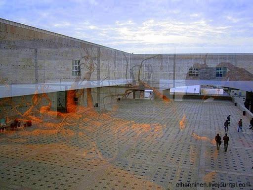Скульптура  Mea culpa non est 2003 Joao Pedro Vale отражается в окне португальского Культурного Центра Белема