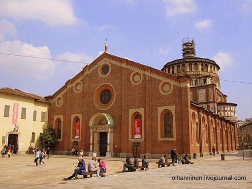 Главная церковь доминиканского монастыря Санта-Мария-делле-Грацие, построенная в XV веке, находится на одноименной площади