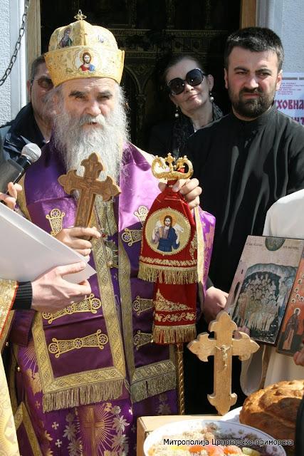 МИТРОПОЛИТ АМФИЛОХИЈЕ СЛУЖИО У МОМИШИЋИМА