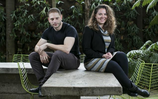 Os publicitários Marcus Pesavento e Bárbara Zachi na agência em que trabalham