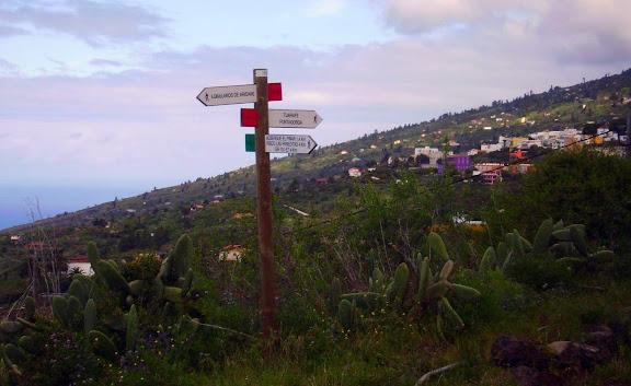 Wanderschilder wie sie auf La Palma benutzt werden.