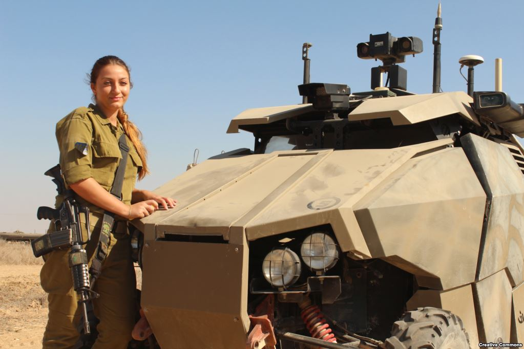 Израильский солдат у бронированного Guardium. На машине можно установить различные сенсоры, она способна подвозить сотни килограммов грузов и боеприпасов военнослужащим на поле боя. Но, хотяGuardium остается на вооружении, разработавшая ее компания была вынуждена в 2016 году свернуть дальнейшие разработки – не было интереса на международном рынке.