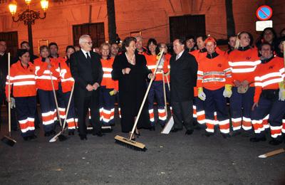 La Alcaldesa de Valencia posa con uno de los equipos del servicio de limpieza de la ciudad.