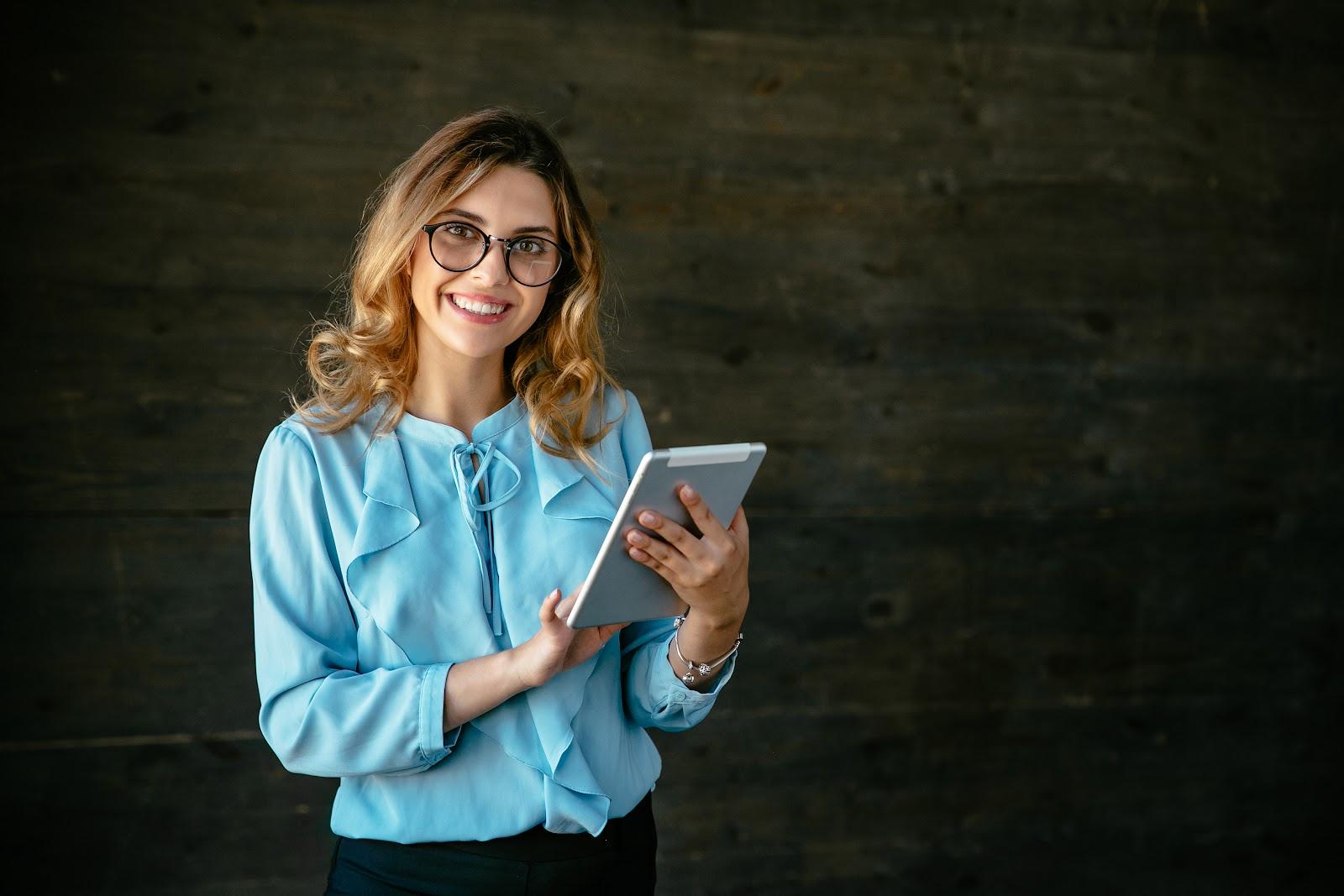 mulher respondendo pesquisa de satisfação no tablet