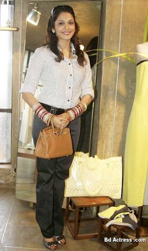 Bollywood Actress Isha Koppikar Photo-04