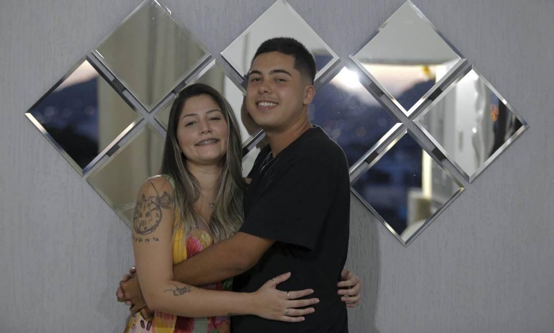Chrystian Santanna, de 25 anos, e Amanda Costa, de 24, reataram um namoro de oito anos depois que ele conseguiu quebrar o gelo da amada com um Pix de R$ 2 e uma mensagem na identificação da transferência Foto: Domingos Peixoto / Agência O Globo