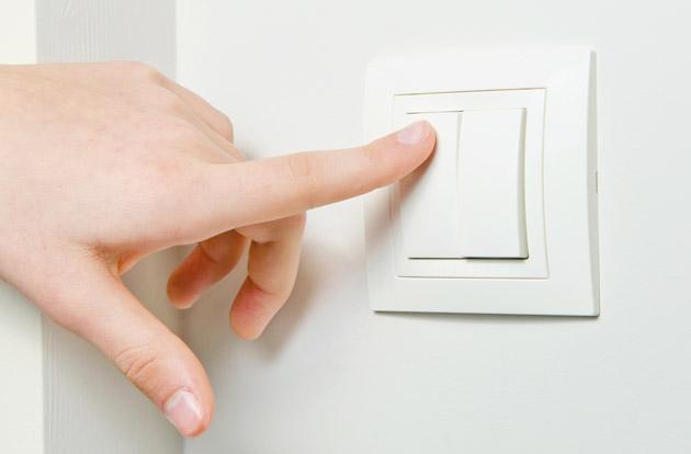 Matikan lampu dan perangkat elektronik lainnya ketika sedang tidak digunakan - source: luxreview.com