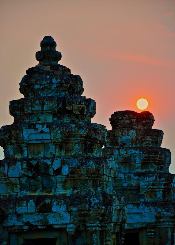 Sunset at Phnom Bakheng. Angkor, Cambodia // Закат над прангами Пном Бакенга. Ангкор, Камбоджа