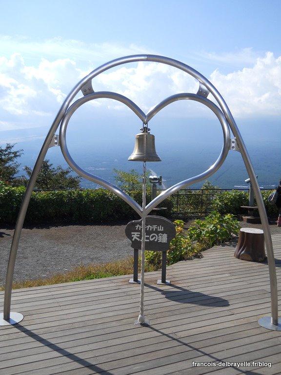 Un coeur sur le mont Kachi en face du Mont Fuji masqué par les nuages