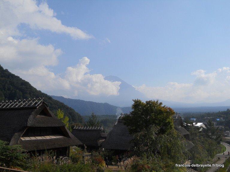 Le mont Fuji vu depuis le village d'Iyashi no Sato Nenba, près du lac Saiko