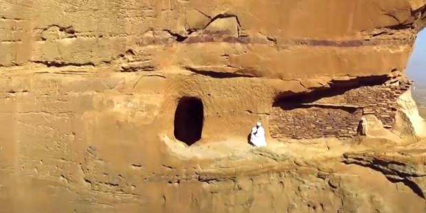 Vị linh mục leo lên vách đá dựng đứng mỗi ngày để đến nhà thờ (VIDEO)