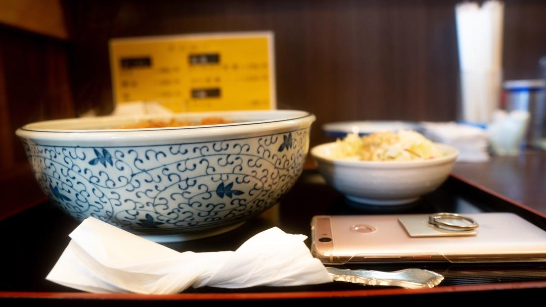 テーブルの上の食べ物  自動的に生成された説明