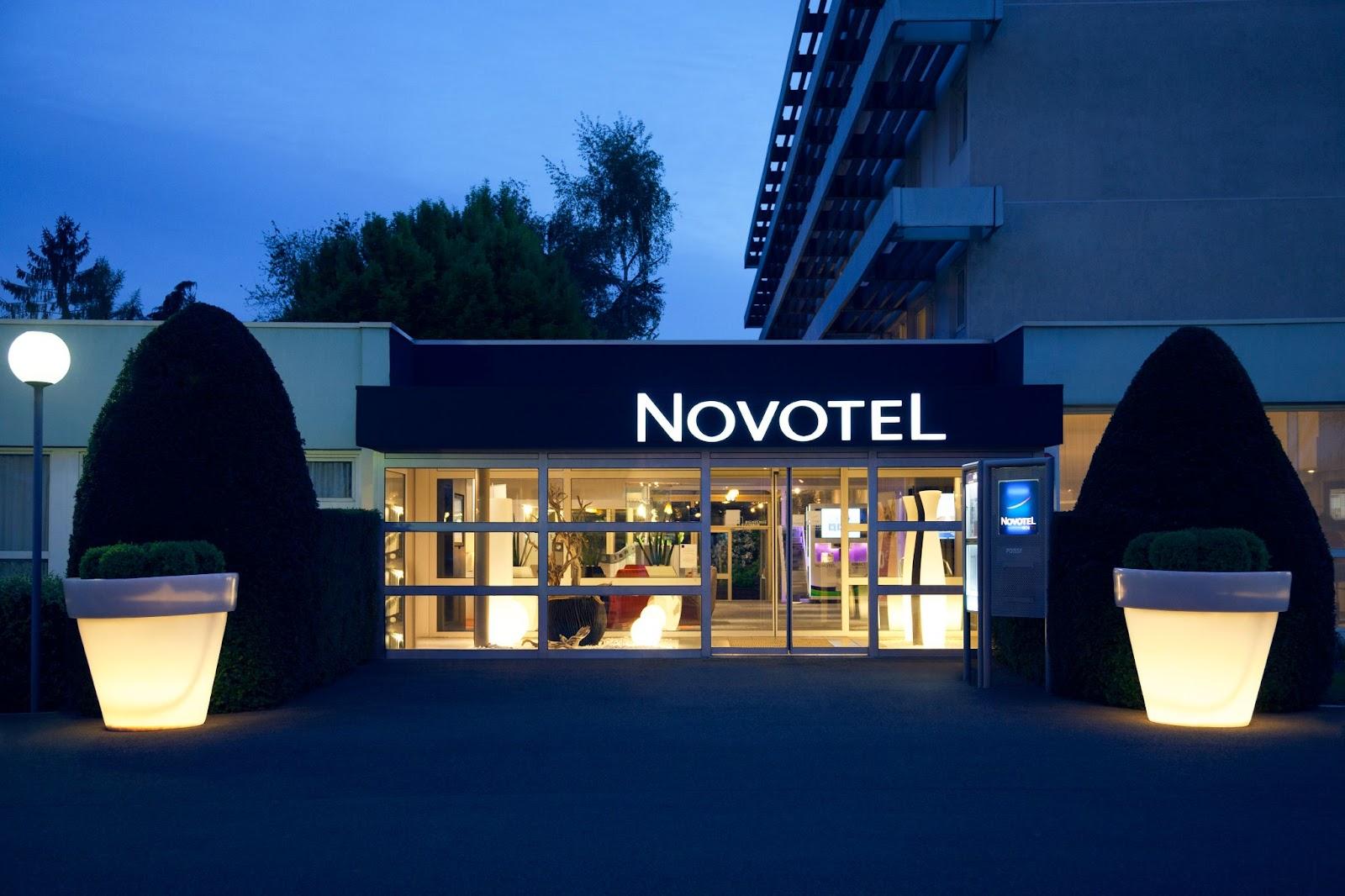Devanture du Novotel la nuit