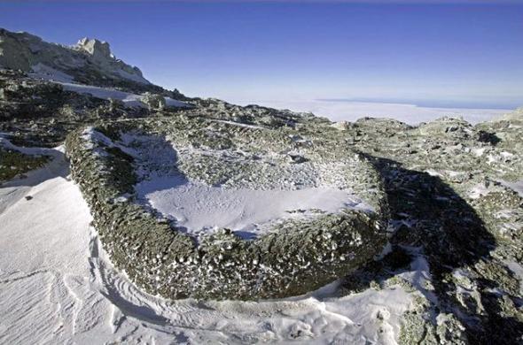 Застывшая «вулканическая бомба» на вулкане Эребус