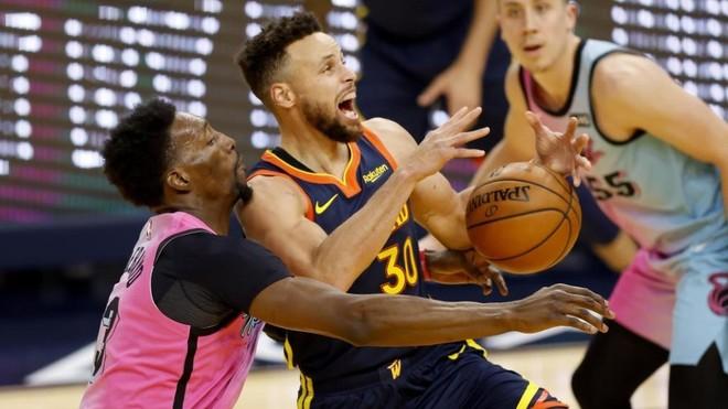 Stephen Curry intenta una penetración en el partido ante los Heat.