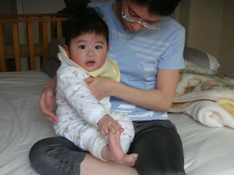 很喜歡玩腳腳的寶貝小輔
