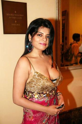 saree boob aunty